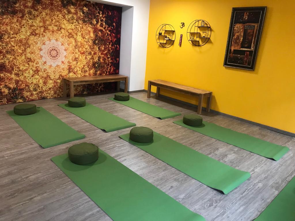 Yogaraum mit Gardinen-Raumteiler