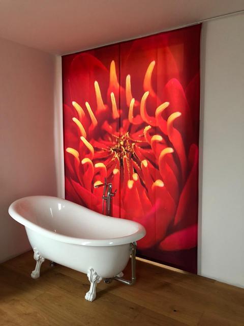 Flächenvorhang zugezogen rot im Badezimmer